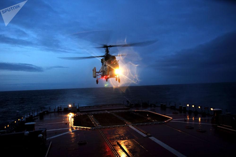北方舰队战舰支队航空小组进行夜间飞行。
