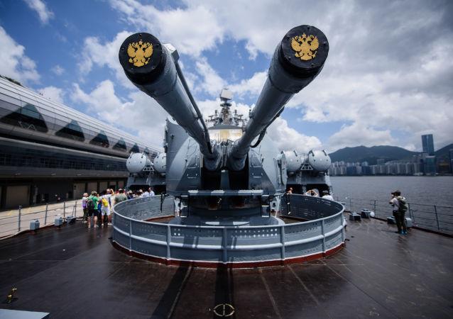 """""""瓦良格""""号导弹巡洋舰开放日在香港引发轰动"""