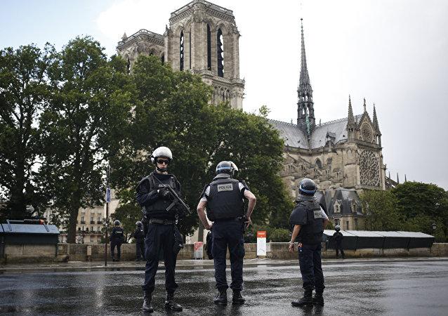 法国内政部长在纽约恐袭后称法国受袭风险仍高