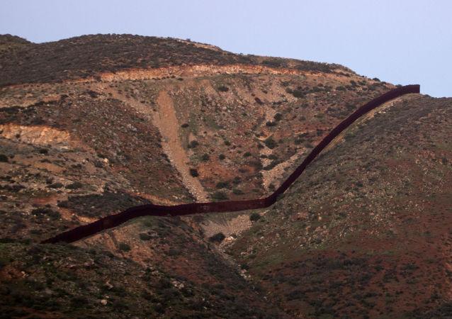 美墨边境隔离墙