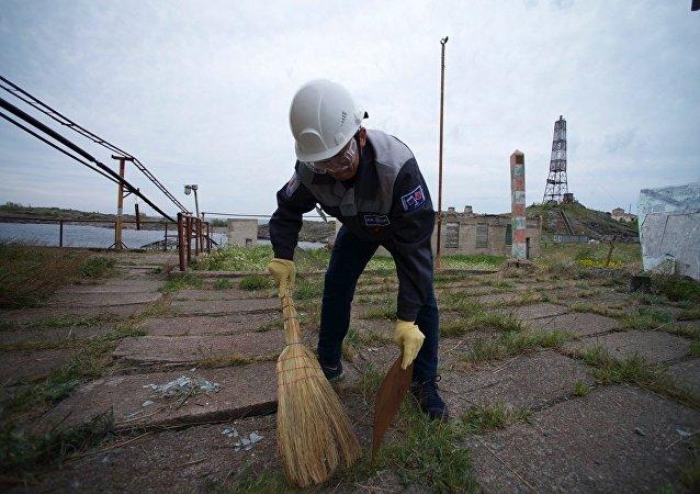 """""""戈格兰岛""""探险队队员开始打扫索莫斯岛"""