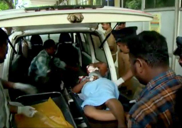 印度一辆汽车跌入冲沟造成至少6死10伤