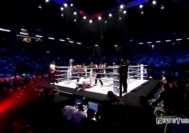 荷兰拳手将对手打晕遭拳击迷殴打