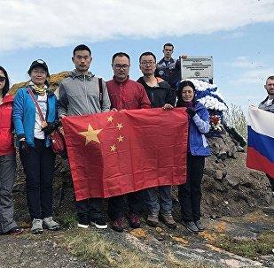 俄中生态科考参与者向五名英雄致敬