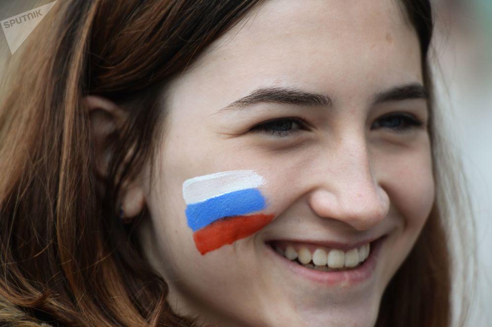 新西伯利亚市民在列宁广场举行集会,庆祝俄罗斯日