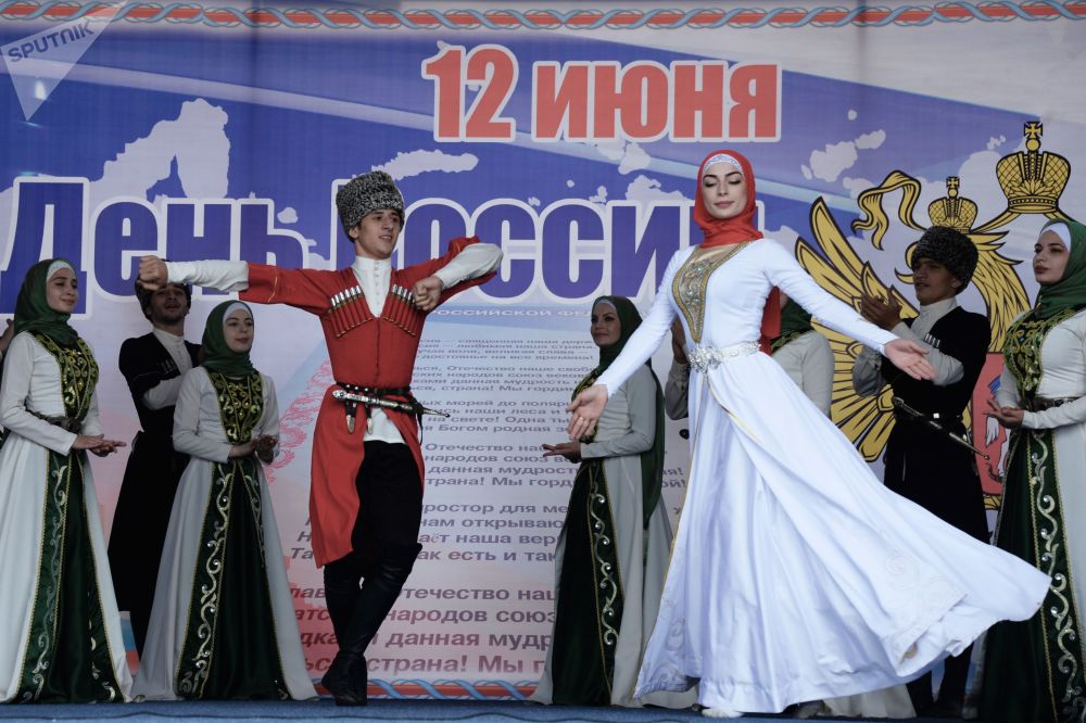 格罗兹内举行音乐集会庆祝俄罗斯日。图为扎曼霍伊歌舞团进行表演