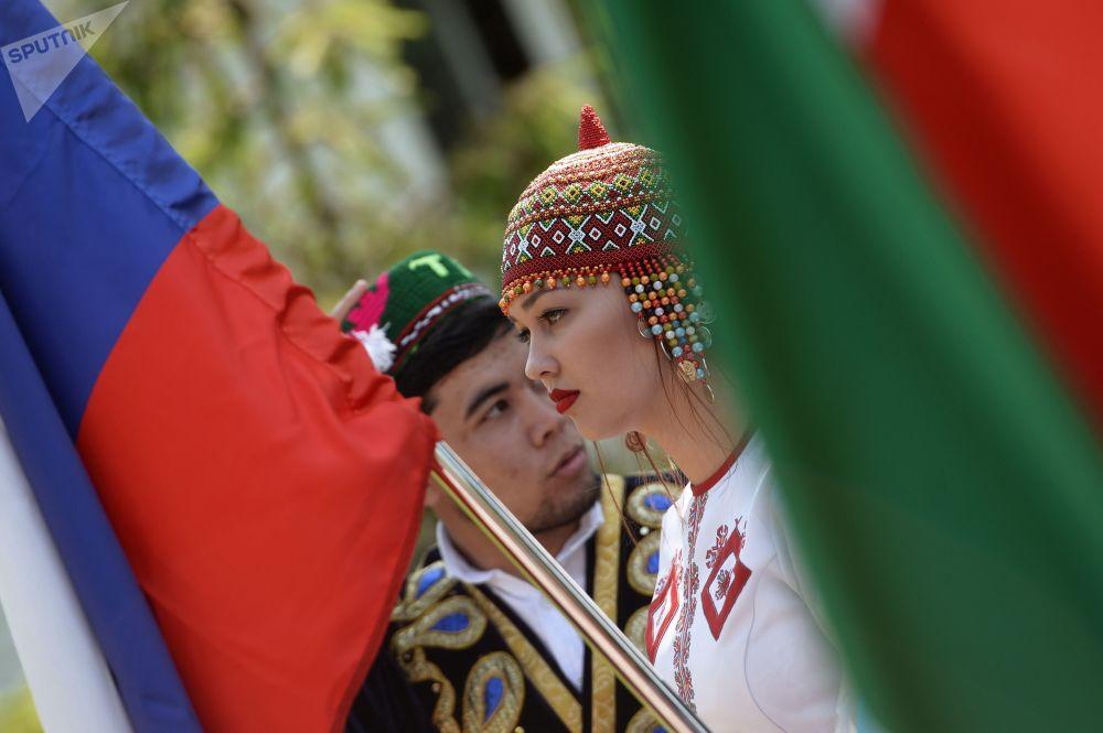 喀山市民在高尔基文化休闲公园举行民众游行,庆祝俄罗斯日