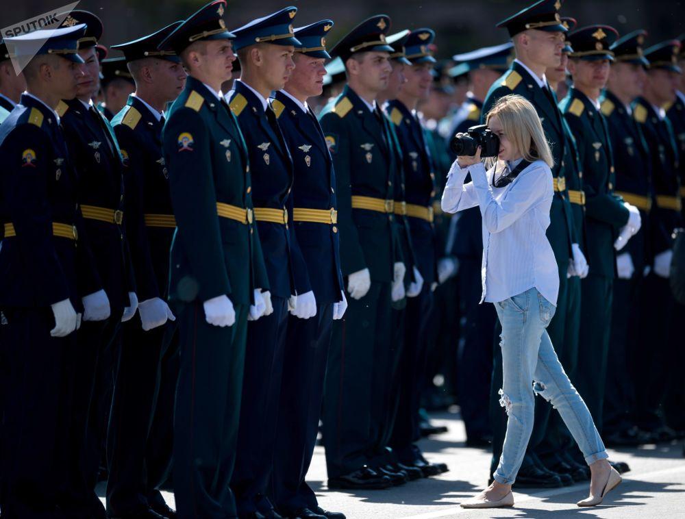 鄂木斯克坦克汽车工程学院毕业生在大教堂广场举行毕业典礼,以迎接俄罗斯日