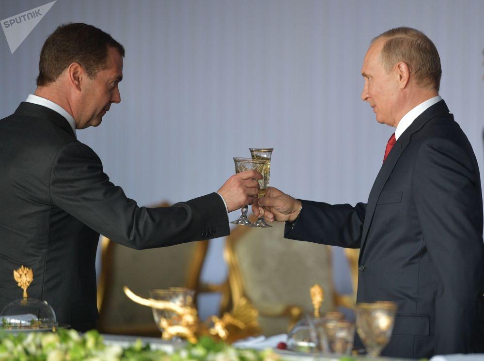 俄罗斯总统弗拉基米尔·普京与俄罗斯总理德米特里·梅德韦杰夫在克里姆林宫举行盛大招待会,以庆祝俄罗斯日