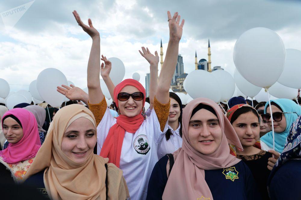 北高加索居民齐唱国歌,举巨幅国旗街头游行,举行多项体育活动。图为格罗兹内音乐集会的参加者