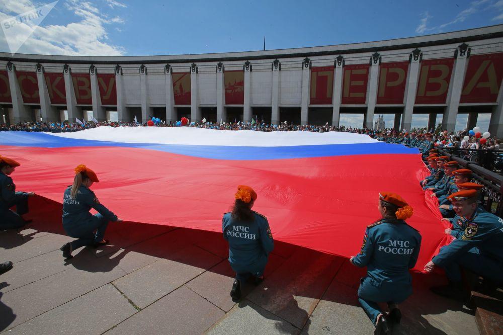 俄紧急情况部学员在莫斯科俯首山展开巨幅国旗