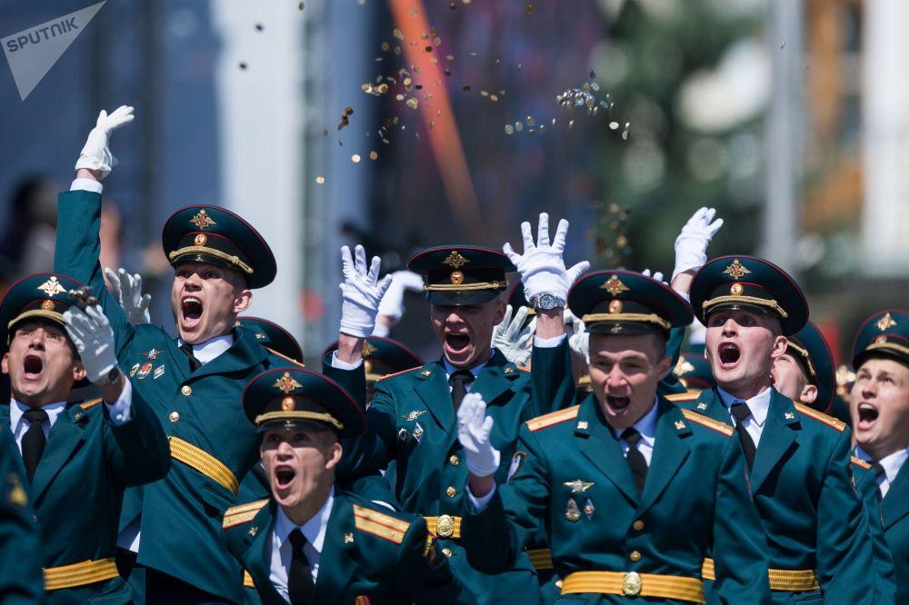 鄂木斯克坦克汽车工程学院学员在大教堂广场举行毕业典礼,以庆祝俄罗斯日