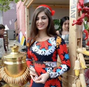 身穿民族服裝的女孩在艾爾米塔什公園舉行的「茶炊聯歡節」上迎接賓客