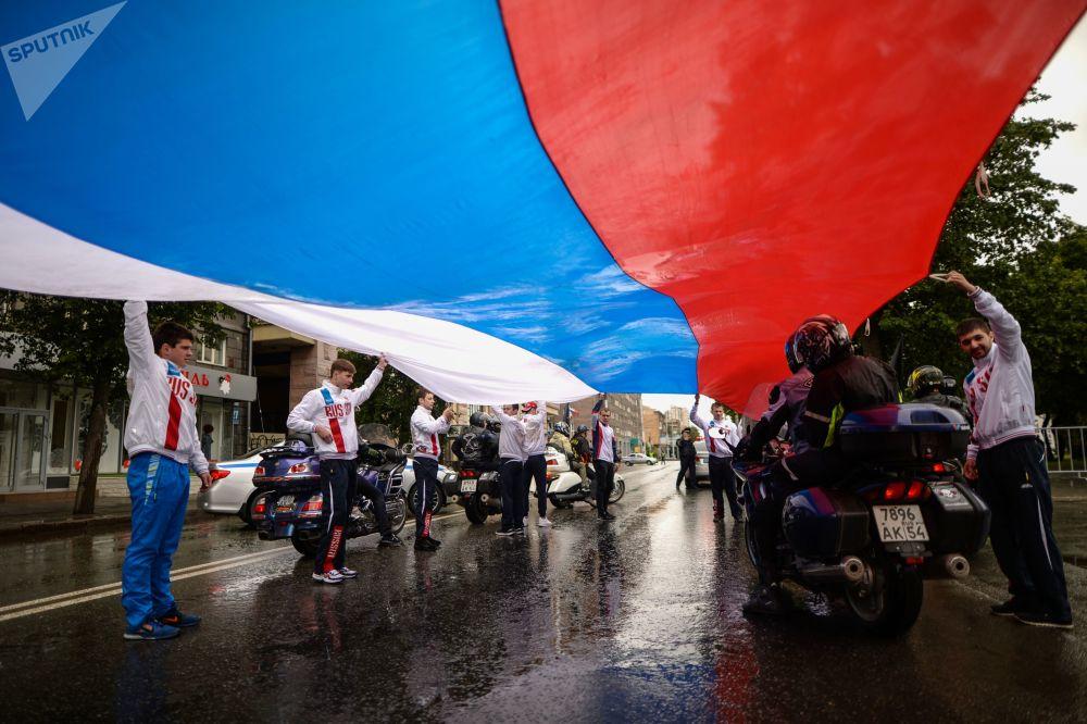 新西伯利亚民众在列宁广场举行集会,迎接俄罗斯日