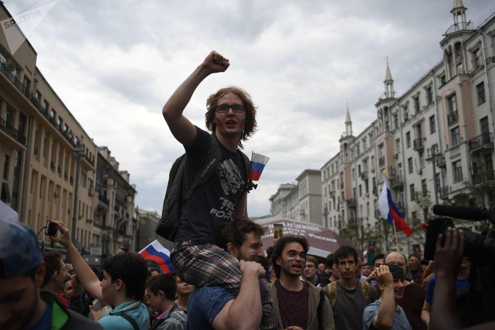 参加莫斯科特维尔大街庆祝活动的人们