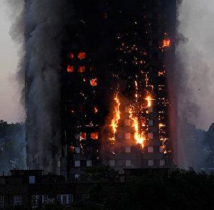 倫敦火災目擊者:人們為救兒童被迫將其推出窗外