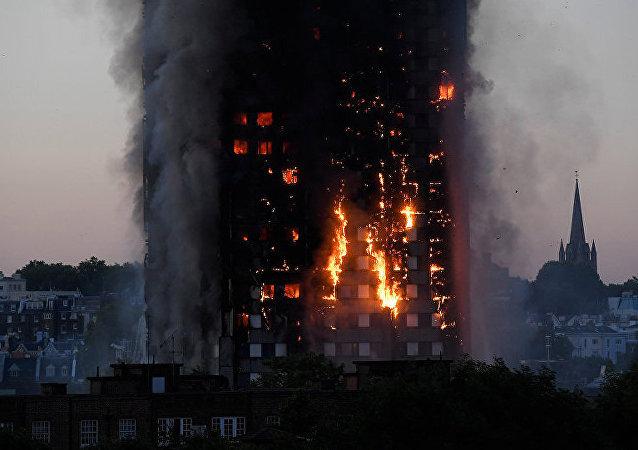 伦敦火灾目击者:人们为救儿童被迫将其推出窗外