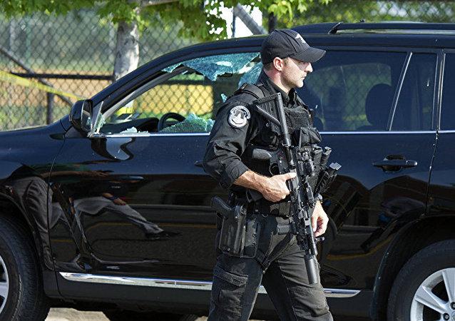 美国警察解除对弗吉尼亚大学的封锁