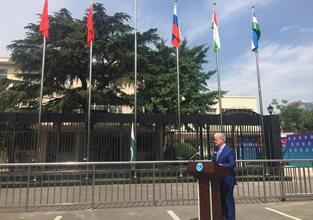 印度和巴基斯坦国旗在上合组织北京总部门前升起