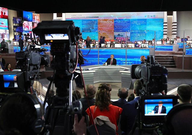"""民调:普京在""""直播连线""""中的回答令多数关注者满意"""
