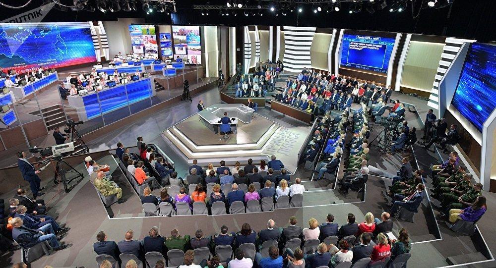 """""""与普京直播连线""""持续约4小时 俄总统共回答73个问题"""