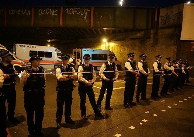 一持刀男子从伦敦一清真寺旁的车中跳出