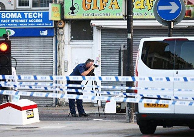 伦敦发生汽车撞人事故的街道仍然戒严之中