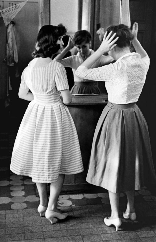 """""""青年""""咖啡馆里的女子,1961年"""