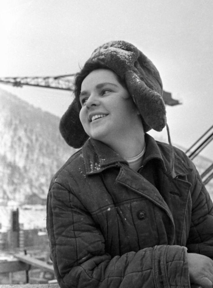 克拉斯诺亚尔斯克水电站的一名混凝土女工