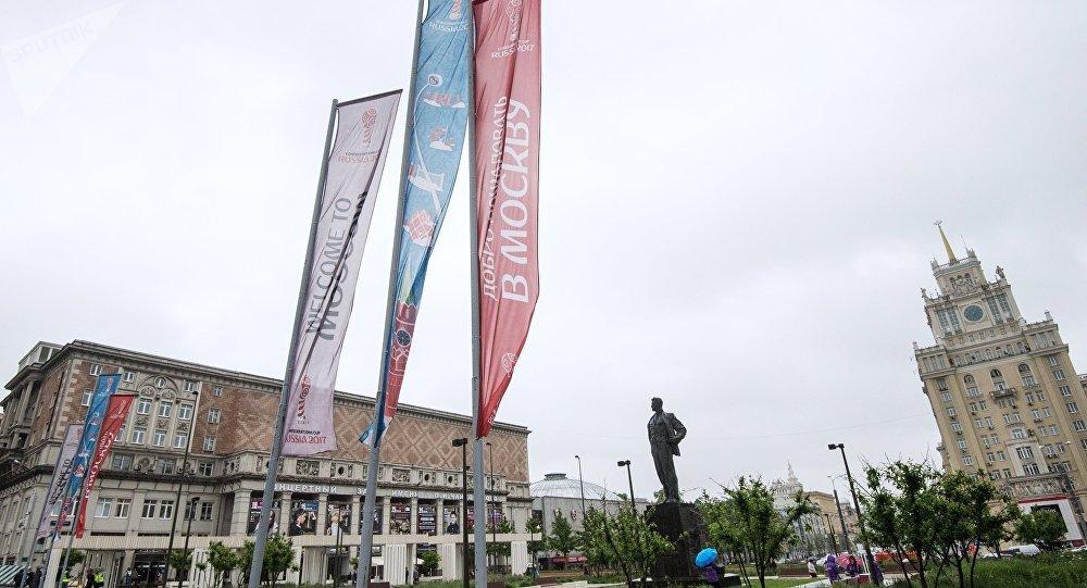 莫斯科凯旋广场上的2018年世界杯和2017年联合会杯旗帜