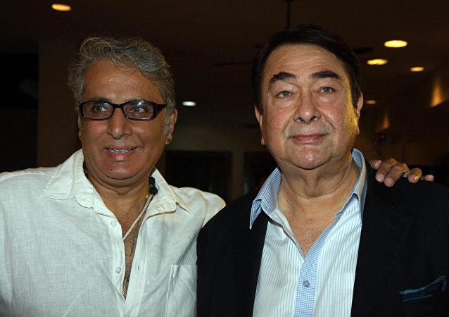 印度著名演员和作家卡普尔(左侧)