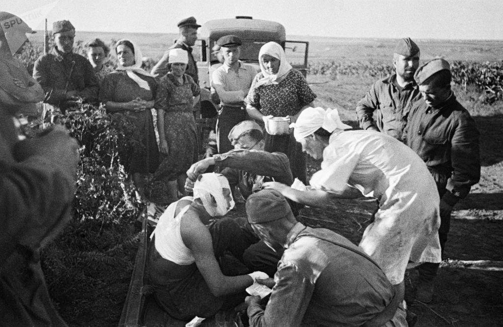 法西斯空袭基希讷乌近郊后,护士为伤员提供救助。