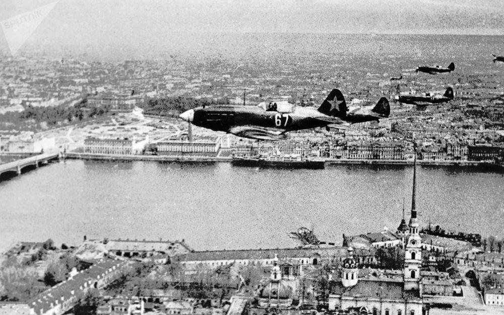 苏联战机飞越列宁格勒
