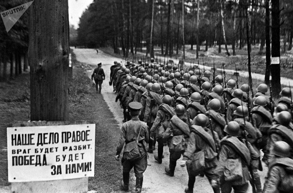 战士们奔赴前线