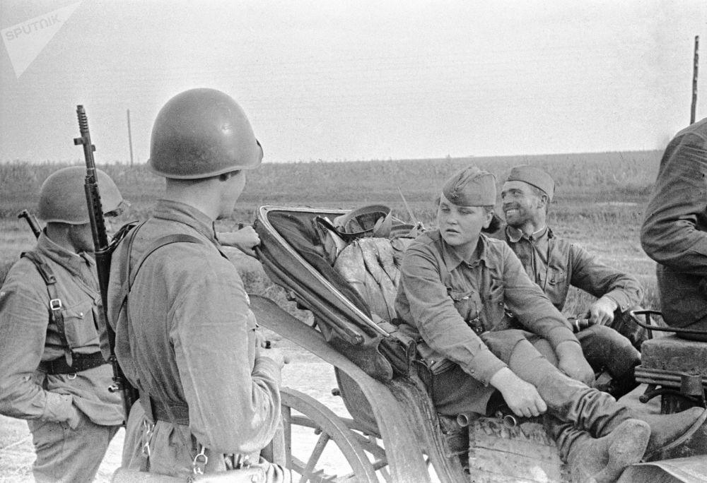 来自敖德萨的侦察兵卡佳与战士们交谈