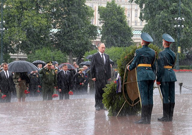普京在纪念和哀悼日冒雨向无名烈士墓敬献花圈