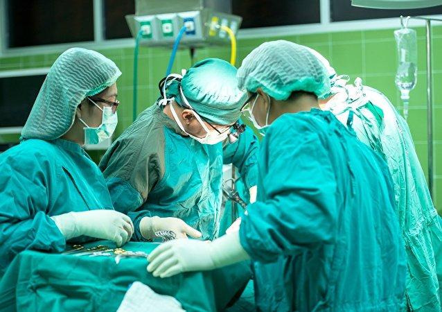 俄中外科医生首次运用中方设备联合实施关节置换手术