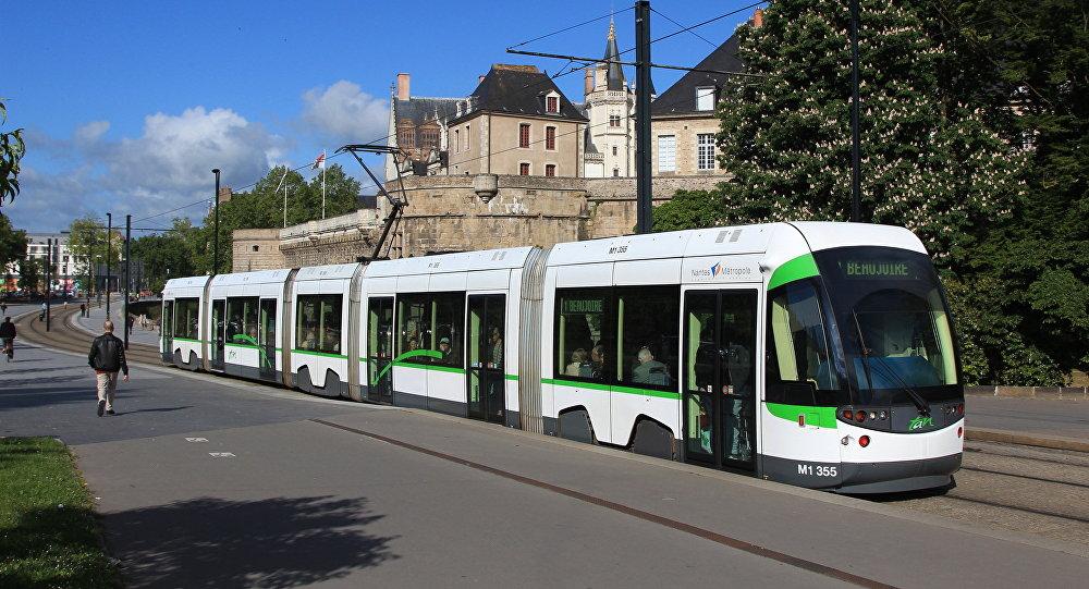 法国有轨电车司机因被禁止穿短裤而穿短裙上班