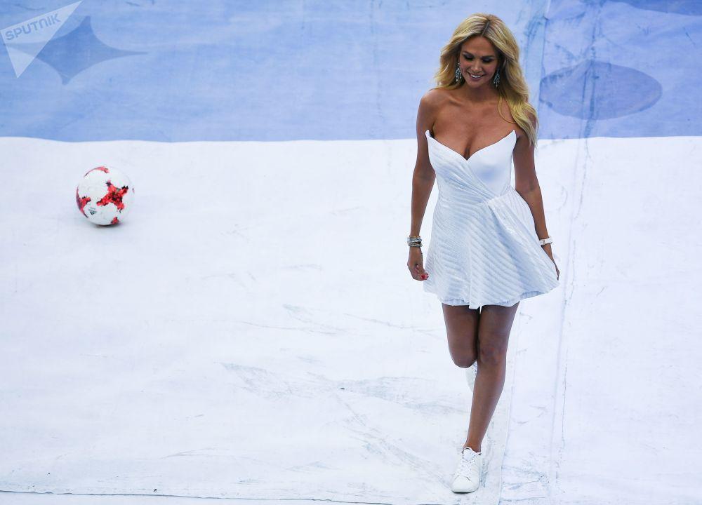 电视台女主持人在圣彼得堡举行的2017年联合会杯开幕式上。