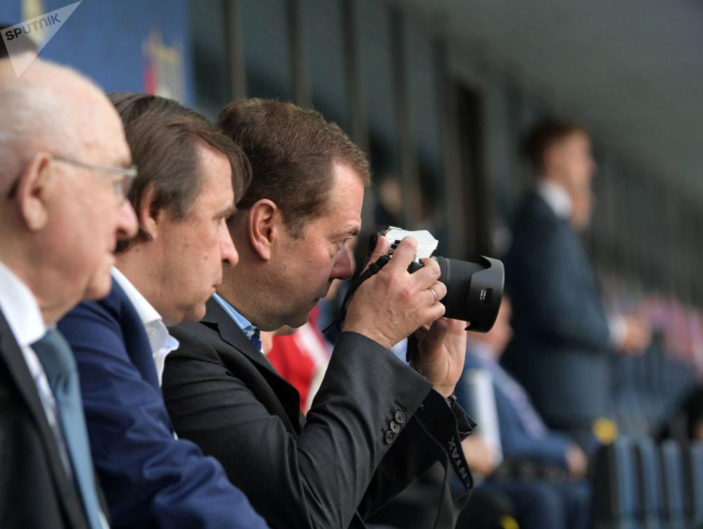 俄罗斯政府总理梅德韦杰夫在拍球赛