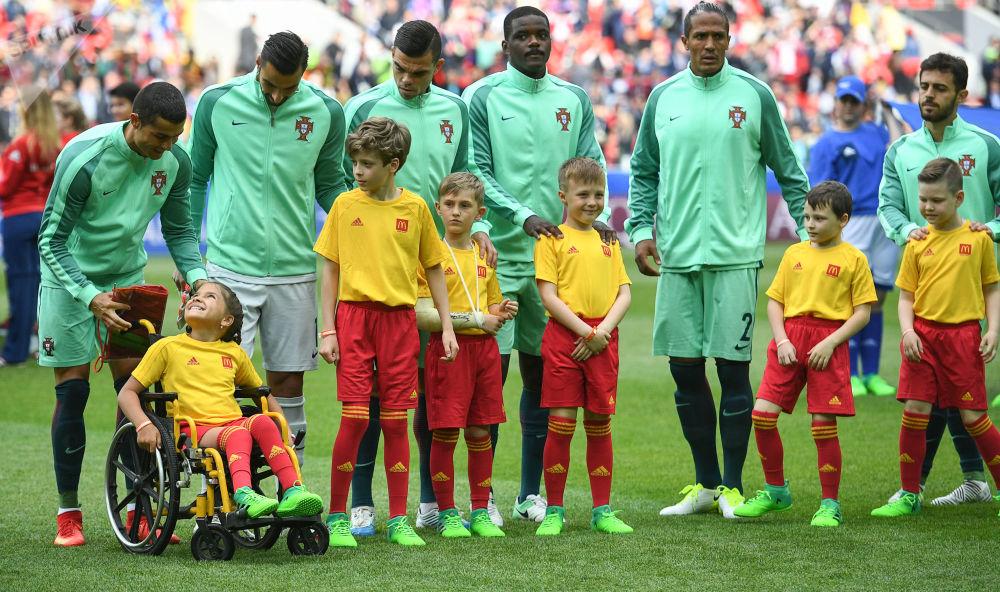 克里斯蒂亚诺·罗纳尔多和葡萄牙其他球员与少年球迷在一起。