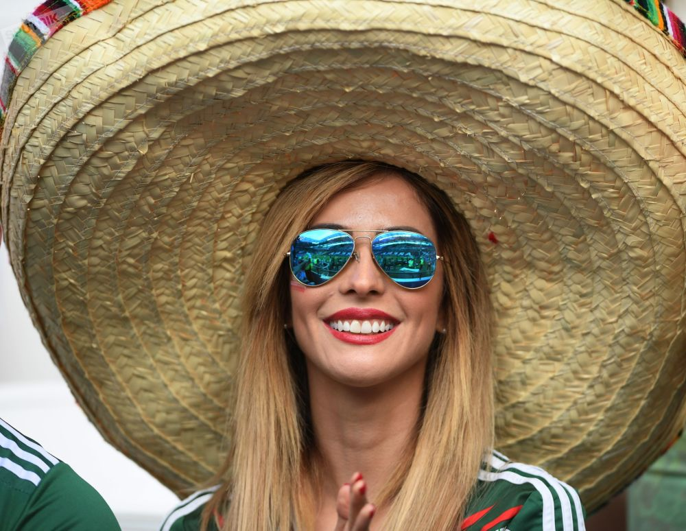 一名女球迷在观看2017年联合会杯葡萄牙队和墨西哥队的球赛。