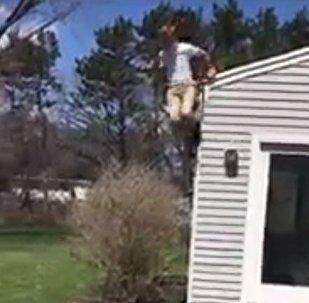 出名不易!男孩跳房檐險傷脊柱