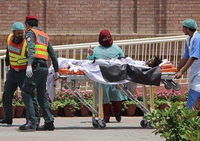 在巴基斯坦油罐车起火已致140人死亡