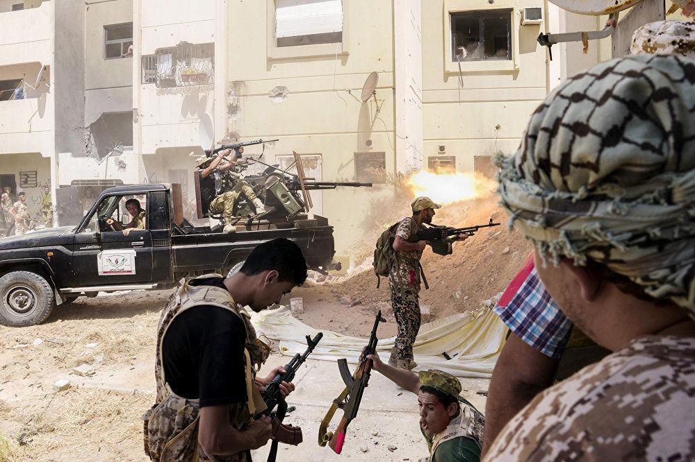 """信条, 加布里埃尔·米卡利茨,意大利。 图为:士兵们正在于被迫撤离苏尔特储水罐的""""伊斯兰国""""(恐怖组织,在俄罗斯被禁止活动)武装分子在交火。"""