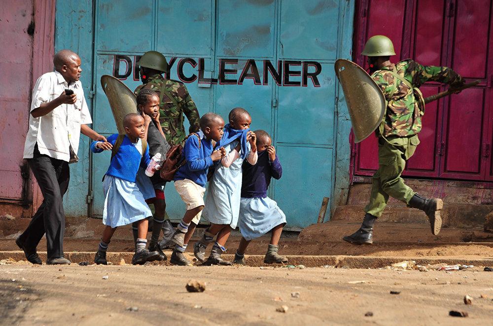 """""""反对派在抗议"""", 克文·米季戈,肯尼亚。图为:科尼亚反对派抗议活动中,学生们在四处躲避。"""