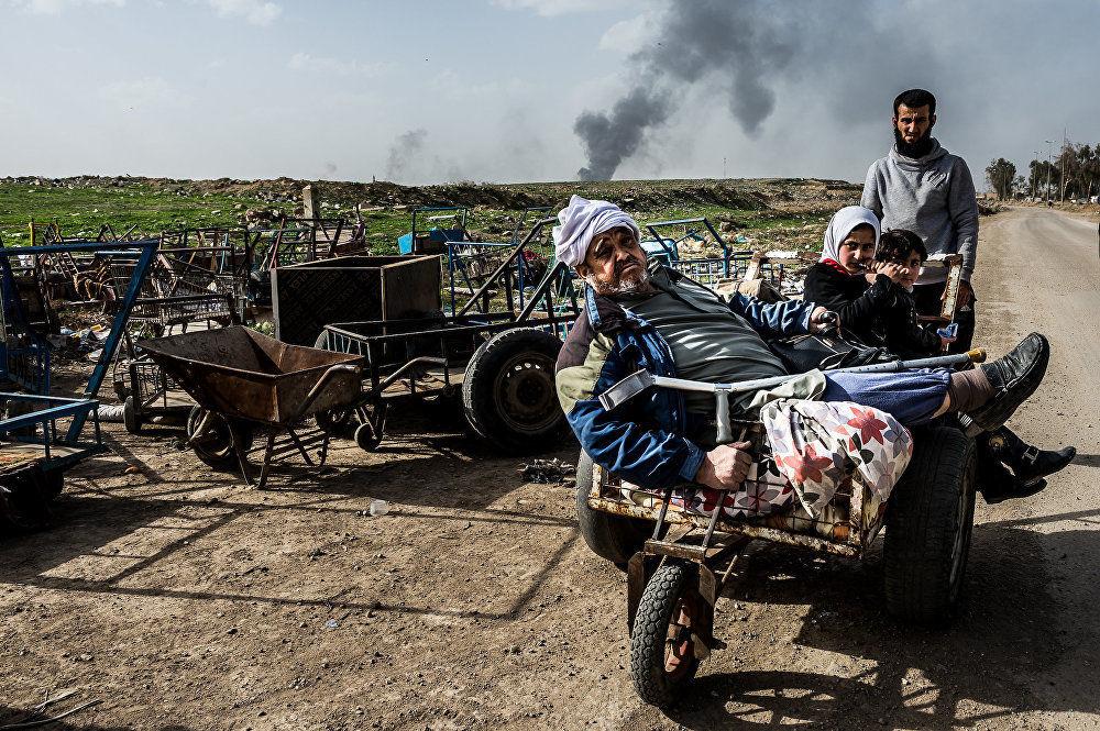 """伊拉克摩苏尔行动, 亚历山德罗·罗特,意大利。 图为:伊拉克政府军、伊拉克库尔德斯坦民兵武装和国际联军向被""""伊斯兰国""""占领的一座城市发起进攻。"""