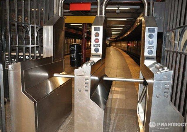 媒体:纽约地铁两节车厢出轨 34人受伤