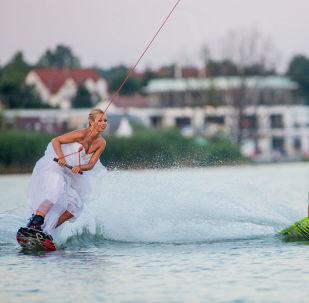 匈牙利摄影师巴拉兹·贝利作品 ,出自《滑水婚礼》系列