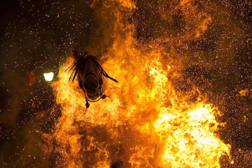 西班牙摄影师维克托·布兰科作品《净化之火》